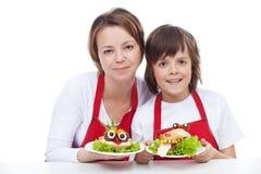 Femme et garçon présent leurs sandwichs créatifs Photographie stock