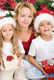 Femme et gosses au temps de Noël Photographie stock libre de droits