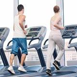 Femme et homme à l'exercice de gymnastique. image libre de droits