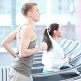 Femme et homme à l'exercice de gymnastique Images stock