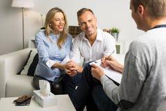 Femme et homme à la thérapie de couples photos stock