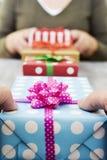 Femme et homme échangeant des cadeaux images stock