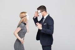 Femme et homme élégants dans le combat de masque Images stock