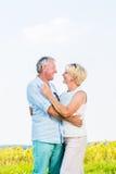 Femme et homme, aînés, embrassant dans l'amour Photo stock
