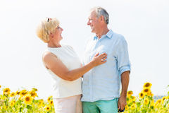 Femme et homme, aînés, embrassant dans l'amour Photos stock