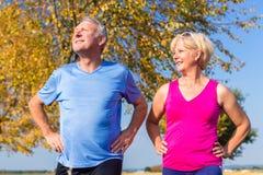 Femme et homme, aînés, faisant le sport dehors Image stock