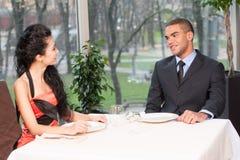 Femme et homme attirants de sourire ayant la discussion Images stock