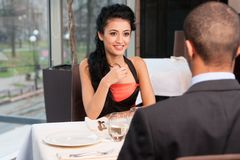 Femme et homme attirants de sourire ayant la discussion Image libre de droits
