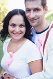 Femme et homme avec le ruban rose pour guérir le jour de cancer du monde Images libres de droits