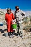 Femme et homme avec le seau dans le Tadjikistan Photographie stock libre de droits
