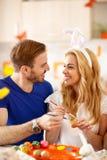 Femme et homme colorant des oeufs de pâques Photographie stock libre de droits