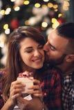Femme et homme dans des baisers d'amour le réveillon de Noël Photo libre de droits