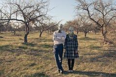 Femme et homme dans des masques de gaz dans la forêt Image libre de droits