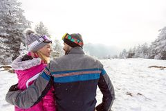 Femme et homme dans l'amour des vacances d'hiver ensemble, vue arrière photos libres de droits