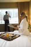Femme et homme dans la chambre d'hôtel Photo libre de droits