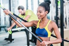 Femme et homme dans la formation fonctionnelle pour une meilleure forme physique Image stock