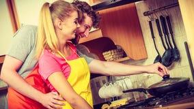 Femme et homme de couples faisant frire la côtelette de poulet Images stock
