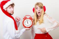 Femme et homme effrayés de couples avec le réveil Image libre de droits