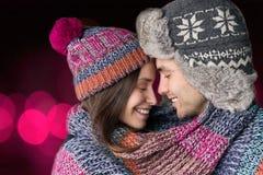 Femme et homme embrassant dans les bras Images stock