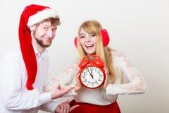 Femme et homme heureux de couples avec le réveil Photographie stock libre de droits