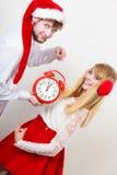 Femme et homme heureux de couples avec le réveil Photos stock