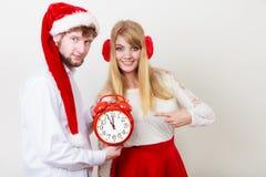 Femme et homme heureux de couples avec le réveil Image libre de droits