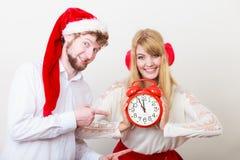 Femme et homme heureux de couples avec le réveil Photo libre de droits
