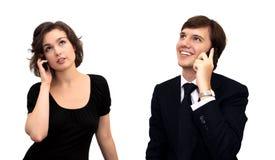 Femme et homme, parlant sur le portable Photos libres de droits