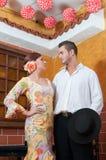 Femme et homme pendant Feria de Abril sur April Spain Image stock