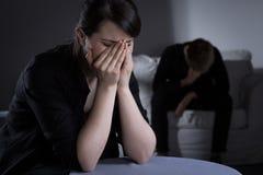 Femme et homme pleurants Prostrate Images libres de droits