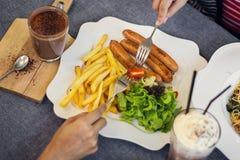 Femme et homme prenant le déjeuner amitié Photographie stock
