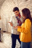 Femme et homme regardant le téléphone portable photographie stock libre de droits