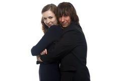 Femme et homme sérieux dans le noir Images stock