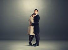Femme et homme sérieux se tenant au-dessus de l'obscurité Photo libre de droits