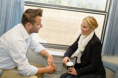 Femme et homme se déplaçant avec parler de train photographie stock