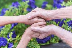 Femme et homme tenant des mains Image libre de droits