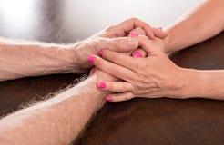 Femme et homme tenant des mains Photos libres de droits