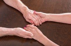 Femme et homme tenant des mains Images stock