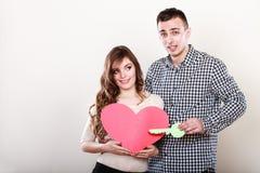 Femme et homme tenant le coeur avec la clé Image stock