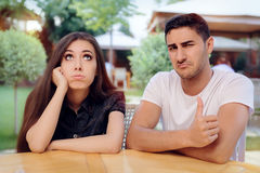 Femme et homme une mauvaise date ennuyeuse au restaurant images stock