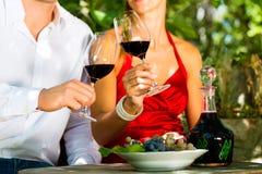 Femme et homme en vin potable de vignoble Photo libre de droits