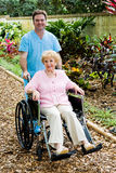 Femme et infirmière aînés handicapés Image stock
