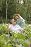 Femme et infirmière supérieures dans un jardin Photographie stock libre de droits