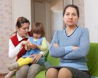 Femme et jeune mère avec la chéri après querelle photos stock