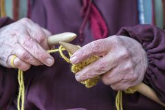 Femme et kniting photos stock