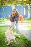Femme et Labrador Photographie stock libre de droits
