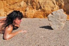 Femme et le chef en pierre Photographie stock libre de droits