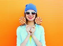 Femme et lucette de sourire heureuses de portrait jolies au-dessus d'orange colorée Photos stock