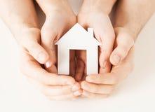 Femme et mains avec la maison de papier Images stock