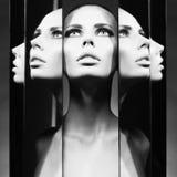 Femme et miroirs image stock